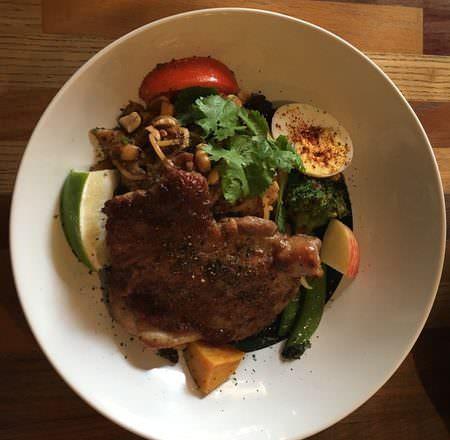 [ 食,台中 ] 8日8,巷子裡工業風餐廳,濃湯沙拉很驚豔,雞腿好好吃~